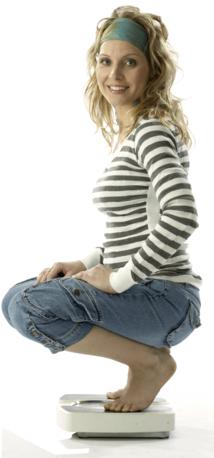 Imaginea unei femei asezata pe cantar